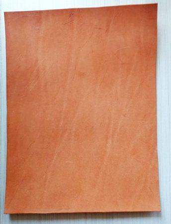 Bőr anyag 3-3,5x250x330mm növenyi cserésű natúr marhabőr enyhén felületi karcos
